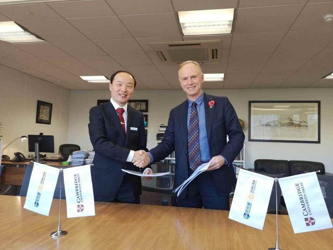 (新航道国际教育集团董事长兼CEO 胡敏与剑桥大学出版社CEO Peter Phillips进行战略合作协议签署)