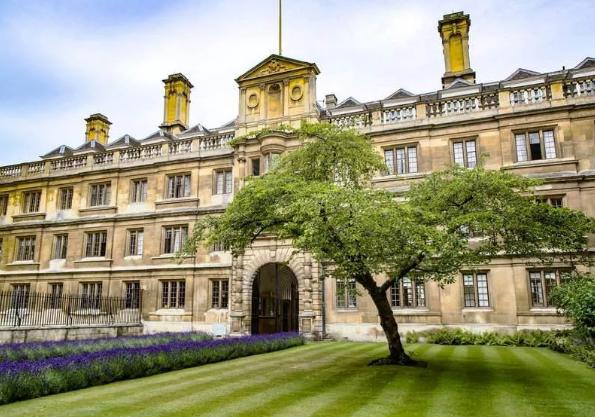 想去英国学文学?英媒推荐这十大高校!